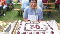 Oslávenkyňa s tortou