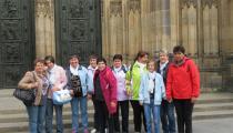 Výlet v Prahe - klienti pred kostolom